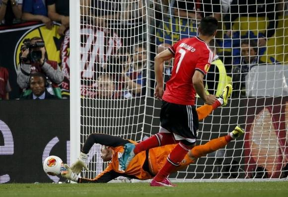 Sevilla's goalkeeper Beto saves a penalty shot by Benfica's Oscar Cardozo (R) during their Europa League final soccer match against Sevilla at the Juventus stadium in Turin, May 14, 2014. REUTERS/Tony Gentile
