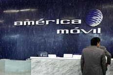 Le groupe du milliardaire mexicain Carlos Slim America Movil a a lancé une offre pour acquérir les parts de Telekom Austria qui lui échappent encore. /Photo d'archives/REUTERS/Edgard Garrido