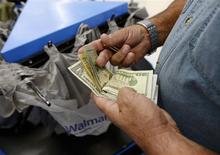 Local de Walmart, Porter Ranch, Los Angeles, nov 26, 2013. El índice de precios al consumidor (IPC) de Estados Unidos registró su mayor aumento en 10 meses en abril, marcando la existencia de algunas presiones inflacionarias en la economía. REUTERS/Kevork Djansezian