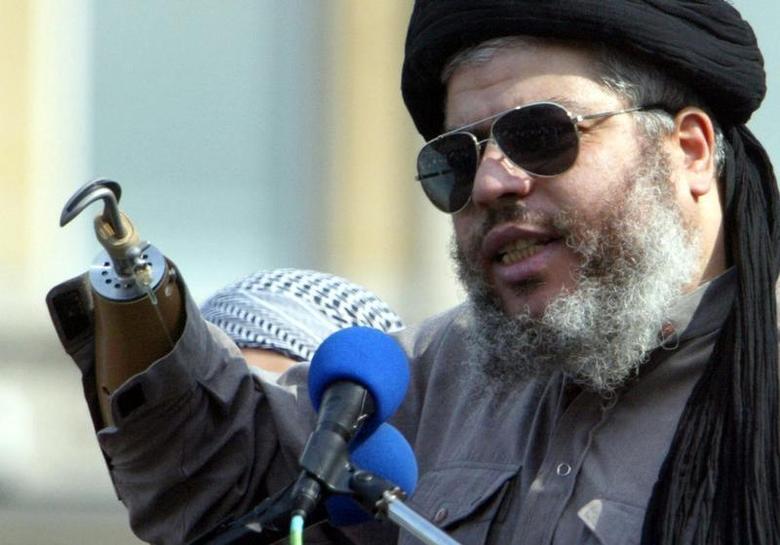 Radical Muslim cleric Sheikh Abu Hamza al-Masri addresses the sixth annual rally for Islam in Trafalgar Square, London, August 25, 2002. REUTERS/Ian Waldie