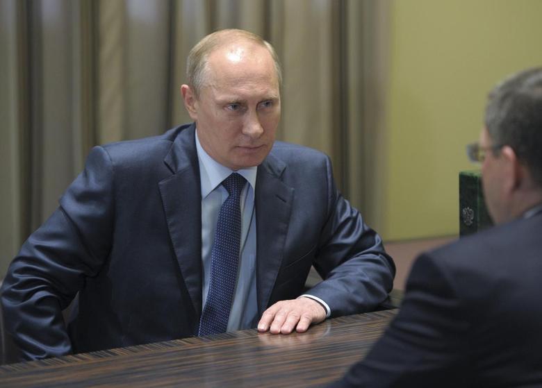 Russia's President Vladimir Putin (L) meets Tyumen Region Governor Vladimir Yakushev at the Bocharov Ruchei state residence in Sochi, May 13, 2014. REUTERS/Alexei Druzhinin/RIA Novosti/Kremlin