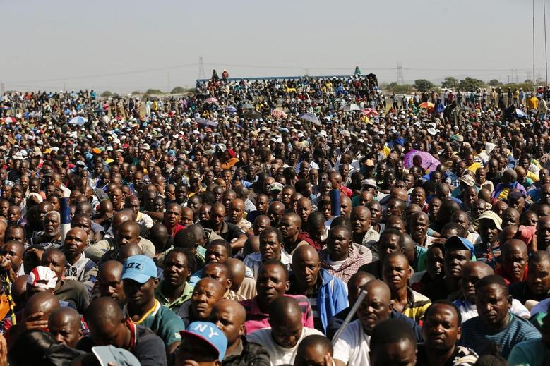 Lonmin workers on strike listen to President of South Africa's Association of Mine workers and Construction Union (AMCU) Joseph Mathunjwa (not in picture) as he delivers his speech at the Wonderkop stadium in Nkaneng township outside the Lonmin mine in Rustenburg May 14, 2014. REUTERS/Siphiwe Sibeko