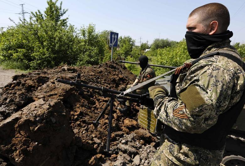 Pro-Russian rebels man a fortified front line rebel position near the eastern Ukrainian town of Slaviansk May 16, 2014. REUTERS/Yannis Behrakis