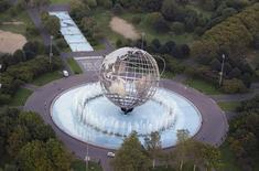 """En la imagen, la estructura de la """"Unisphere"""" en medio de una fuente en Nueva York, el 31 de agosto de 2011. La feria mundial de 1964 en Nueva York atrajo a 51 millones de visitantes que miraban con asombro sus visiones tecnicolor del futuro, muestras de cocinas exóticas y se unían para cantar en la popular atracción """"Es un mundo pequeño"""". REUTERS/Lucas Jackson"""