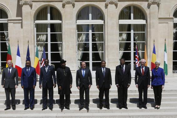 French President Francois Hollande (C) poses for a familly photo with (LtoR) Britain's Foreign Secretary William Hague, Niger's President Mahamadou Issoufou, Chad's President Idriss Deby, Nigerian President Goodluck Jonathan, Cameroon's President Paul Biya, Benin's President Thomas Yayi Boni, European Council President Herman Van Rompuy and U.S. Undersecretary of State for Political Affairs Wendy Sherman during a meeting at the Elysee Palace in Paris, May 17, 2014. REUTERS-Gonzalo Fuentes