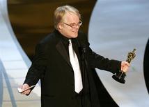 """Phillip Seymour Hoffman tras ganar el Oscar al Mejor Actor por su rol en """"Capote"""", mar 5, 2006. La muerte del actor Philip Seymour Hoffman por una sobredosis accidental en febrero no ha frenado la producción de la próxima entrega de """"Los juegos del hambre"""", ha dicho su director. REUTERS/Gary Hershorn"""