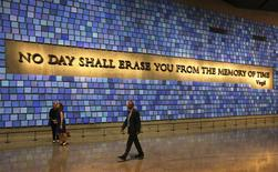 En la imagen se ve una cita desplegada del poeta Virgilio en un muro del Museo dedicado a las vícctimas del 11 de septiembre en Nueva York el 15 de mayo de 2014. Caminando por el Museo Memorial del 11 de Septiembre en el bajo Manhattan, John Feal, un representante de los primeros en ayudar tras el atentado con problemas de salud, dijo que revivir ese día era como un puñetazo en el estómago. Pero quizá también haya encontrado un poco de aceptación. REUTERS/John Munson/Pool