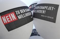 Campagne pour le non à Berne. Les électeurs suisses ont rejeté de justesse dimanche le projet d'achat de 22 chasseurs Gripen au groupe aéronautique suédois Saab, un marché de 3,5 milliards de dollars, selon les projections de la télévision suisse. /Photo prise le 18 mai 2014/REUTERS/Ruben Sprich