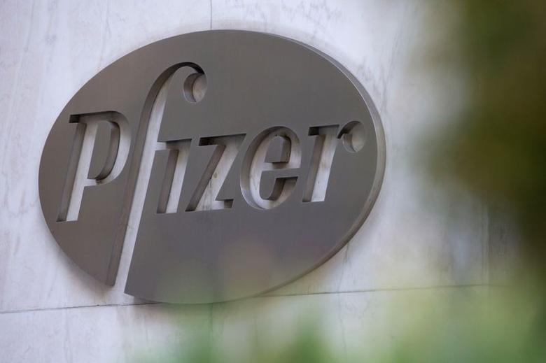 图为在美国纽约制药巨擘辉瑞公司总部拍摄的公司标识。REUTERS/Andrew Kelly