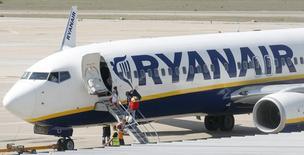 Le bénéfice annuel de Ryanair a baissé pour la première fois en cinq ans lors de l'exercice clos fin mars, mais la compagnie aérienne iralandaise table sur un rebond de ses résultats cette année. /Photo d'archives/REUTERS/Albert Gea