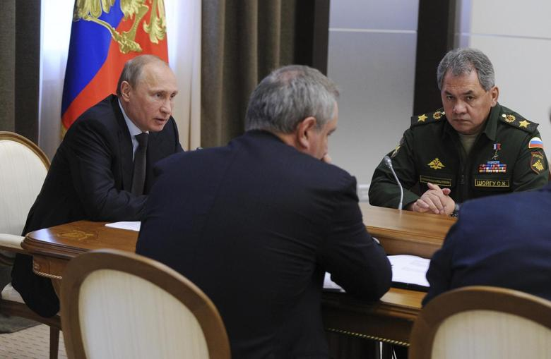 Russian President Vladimir Putin (L) and Defence Minister Sergei Shoigu (R) take part in a meeting with defence officials at the Bocharov Ruchei state residence in Sochi, May 14, 2014. REUTERS/Michael Klimentyev/RIA Novosti/Kremlin