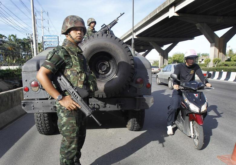 Thai soldiers take up a position on a main road in Bangkok May 20, 2014. REUTERS/Chaiwat Subprasom
