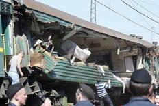 """Вагон пассажирского поезда """"Москва - Кишинев"""" после столкновения с грузовым поездом под Наро-Фоминском, 20 мая 2014 года. По меньшей мере пять человек погибли и три десятка получили ранения в результате железнодорожной аварии под Москвой, где несколько вагонов грузового состава во вторник опрокинулись на пассажирский поезд """"Москва - Кишинев"""", сообщили полиция и спасатели. REUTERS/Grigory Dukor"""
