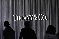 Люди проходят мимо магазина Tiffany & Co. в Санта-Монике 26 ноября 2010 года. Tiffany & Co сообщила в среду о 15-процентном росте квартальных продаж благодаря все большому смещению акцента на менее дорогие ювелирные украшения, которые привлекли покупателей в США - крупнейшем для компании рынке. REUTERS/Phil McCarten