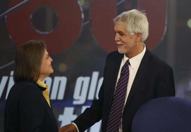 Colombian Presidential candidate Enrique Penalosa (R) shakes hands with candidate Clara Lopez before a television debate in Bogota May 20, 2014. Colombia's presidential elections will be held on May 25. REUTERS/Jose Miguel Gomez