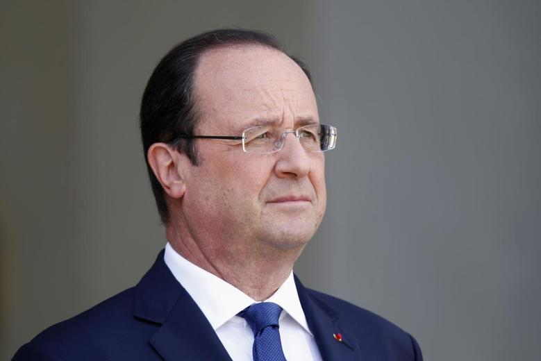 French President Francois Hollande waits for a guest on the steps of the Elysee Palace in Paris, May 22, 2014. REUTERS/Charles Platiau