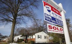 """Las ventas de casas usadas aumentaron en abril en Estados Unidos y la oferta de propiedades en el mercado también se incrementó, sugiriendo que el sector inmobiliario está recuperando solidez.  En la imagen, un cartel que dice """"Vendida"""" frente a un casa en Vienna, mar 27, 2014.   REUTERS/Larry Downing"""
