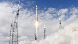 Ракета Atlas 5 с военным экспериментальным самолетом X-37B стартует с мыса Канаверал, Флорида, 11 декабря 2012 года. Комитет по делам вооруженных сил Сената США в четверг одобрил план, согласно которому американский военный бюджет будет расширен на $100 миллионов для того, чтобы начать работу над новым ракетным двигателем и ликвидировать зависимость от двигателя, производящегося в России. REUTERS/Scott Audette