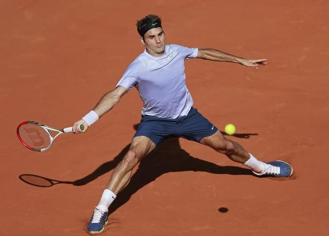 Roger Federer of Switzerland hits a return to Jo-Wilfried Tsonga of France during their men's singles quarter-final match at the French Open tennis tournament at the Roland Garros stadium in Paris June 4, 2013.  REUTERS/Vincent Kessler