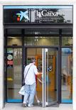 Imagen de archivo de un hombre ingresando a un cajero del banco La Caixa en Lleida, España, mayo 28 2010. Los principales bancos de la zona euro deberán hacer frente rápidamente a las posibles necesidades de capital que puedan destaparse en las pruebas de solvencia a fin de evitar problemas en el mercado, dijo el viernes Sabine Lautenschlaeger, miembro del consejo de gobierno de Banco Central Europeo. REUTERS/Albert Gea