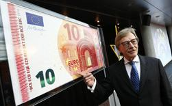 Yves Mersch, Member of the Executive Board of the European Central Bank presents an oversized newly unveiled 10 euro note at the headquarters of the European Central Bank (ECB) in Frankfurt, January 13, 2014. REUTERS/Ralph Orlowski