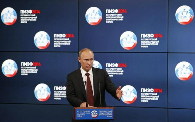 Russia's President Vladimir Putin delivers a speech at the ''Oil and gas companies as an engine driving change in the world economy'' session at the St. Petersburg International Economic Forum 2014 (SPIEF 2014) in St. Petersburg May 24, 2014. REUTERS/Sergei Karpukhin