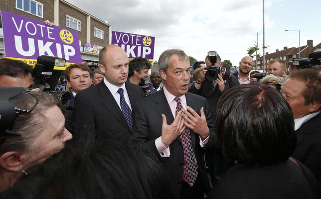 The leader of Britain's United Kingdom Independence Party (UKIP), Nigel Farage (C), speaks with supporters during a visit to South Ockendon, southern England May 23, 2014. REUTERS/Suzanne Plunkett
