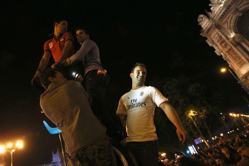 """FUTBOL-Hinchas del Real Madrid celebran la """"décima"""" en una noche de emociones encontradas"""