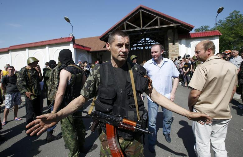Pro-Russian separatists protect the house of Rinat Akhmetov against local people in the eastern city of Donetsk May 25, 2014. REUTERS/Maxim Zmeyev