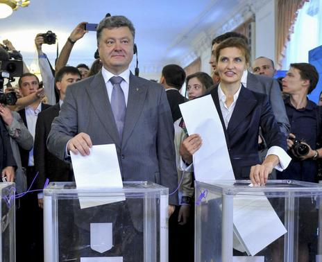 Ukrainian businessman, politician and presidential candidate Petro Poroshenko (L front) and his wife Maryna (R front), cast their votes during a presidential election at a polling station in Kiev May 25, 2014. REUTERS/Mykola Lazarenko/Pool