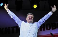 Петр Порошенко на предвыборном митинге в Черкассах 20 мая 2014 года. Опросы на выходе из избирательных участков указывают на победу шоколадного магната Порошенко в первом туре выборов президента Украины. REUTERS/Mykola Lazarenko/Pool