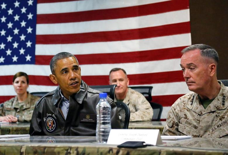 U.S. President Barack Obama sits for a military briefing with U.S. Marine General Joseph Dunford (R) at Bagram Air Base in Kabul, May 25, 2014. REUTERS/Jonathan Ernst
