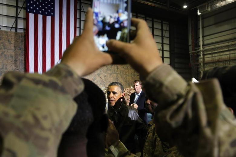 U.S. President Barack Obama shakes hands with troops after delivering remarks at Bagram Air Base in Kabul, May 25, 2014. REUTERS/Jonathan Ernst