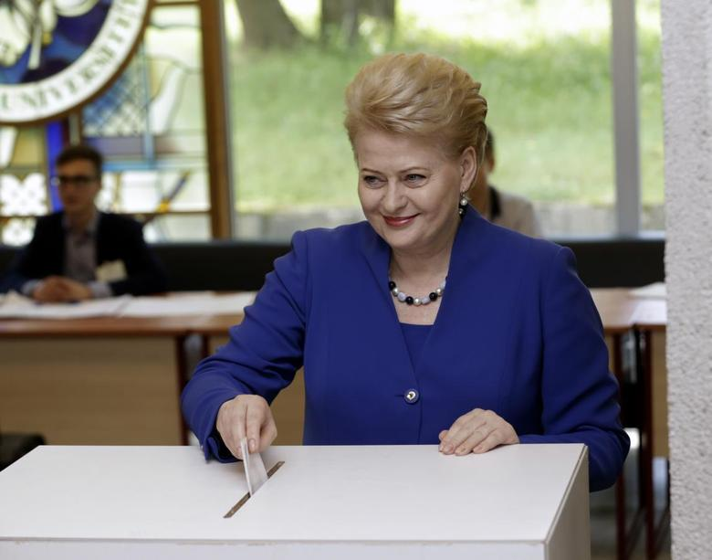 Lithuania's President Dalia Grybauskaite casts her vote during European Parliament and Lithuania's presidential elections in Vilnius May 25, 2014. REUTERS/Ints Kalnins