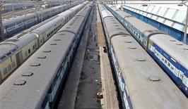 Рабочие на железнодорожной станции в Дели 8 января 2014 года. По меньшей мере 40 человек погибли и 150 пострадали в результате столкновения пассажирского и грузового поездов в самом густонаселенном штате Индии, сообщила полиция и представители местных железнодорожных служб. REUTERS/Vijay Mathur