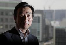 El vicegobernador del Banco de Japón, Kikuo Iwata, posa para una fotografía tras una entrevista con Reuters en Tokio, jun 24, 2013. El vicegobernador del Banco de Japón Kikuo Iwata indicó el lunes la posibilidad de retirar el masivo estímulo monetario del banco central si la economía se recalienta y acelera la inflación muy por arriba de la meta de aumento de precios del 2 por ciento..   REUTERS/Toru Hanai