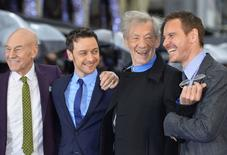 """La película de superhéroes mutantes """"X-Men: Days of Future Past"""" sumó 302 millones de dólares por venta de entradas en la taquilla mundial hasta el lunes, en un fin de semana largo en el que superó a """"Avatar"""" como el mayor estreno global para el estudio 20th Century Fox. En la foto (de izquierda a derecha), los actores británicos Patrick Stewart, James McAvoy, Ian McKellen y el actor irlandés-alemán Michael Fassbender asisten al estreno británico del filme en Leicester Square en Londres el 12 de mayo del 2014.  REUTERS/Toby Melville"""
