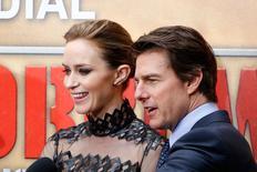 """Os atores Emily Blunt (esquerda) e Tom Cruise são entrevistados na pré-estreia mundial de """"No Limite do Amanhã"""", em Paris, nesta quarta-feira. REUTERS/Charles Platiau"""