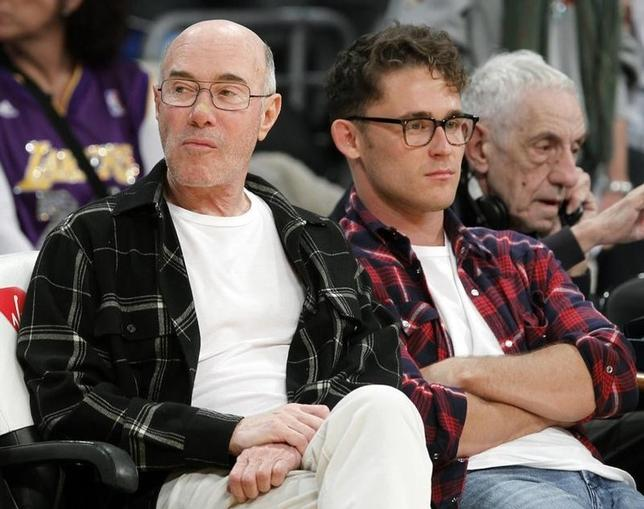 Movie mogul David Geffen (L) sits courtside before the NBA basketball game between Los Angeles Lakers and Sacramento Kings in Los Angeles, California, January 28, 2011.   REUTERS/Lucy Nicholson