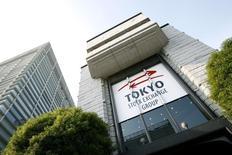Вид на здание Токийской фондовой биржи 17 ноября 2008 года. Азиатские фондовые рынки выросли в мае за счет признаков ускорения роста мировой экономики, а также локальных факторов. REUTERS/Stringer