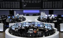 A l'exception de la Bourse de Milan, voire de celle de Francfort, les Bourses européennes étaient en légère baisse vendredi vers la mi-séance, le recul de la place de Paris étant plus prononcé en raison du net repli du titre BNP Paribas, la banque pouvant être contrainte de payer aux Etats-Unis une amende nettement plus importante que prévu. À Paris, le CAC 40 abandonne 0,6%. À Francfort, le Dax est stable et à Londres le FTSE recule de 0,15%. /Photo prise le 30 mai 2014/REUTERS