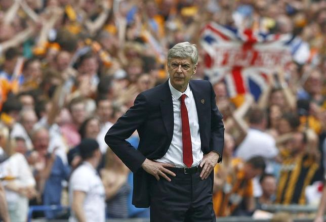 Arsenal Manager Arsene Wenger watches from the touchline during their FA Cup final soccer match against Hull City at Wembley Stadium in London, May 17, 2014.           REUTERS/Darren Staples
