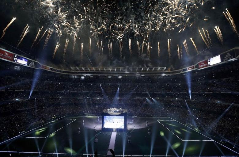 Fireworks explode over the Santiago Bernabeu stadium at the end of a victroy ceremony in Madrid May 25, 2014. REUTERS/Paul Hanna