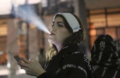 Modelo solta fumaça de cigarro em evento no ano passado, em São Paulo. O governo federal  publicou nesta segunda-feira decreto  que endurece leis contra uso e publicidade de cigarros e produtos similares, ampliando restrições em ambientes antes considerados permitidos ao fumo.  19/03/2013 REUTERS/Nacho Doce
