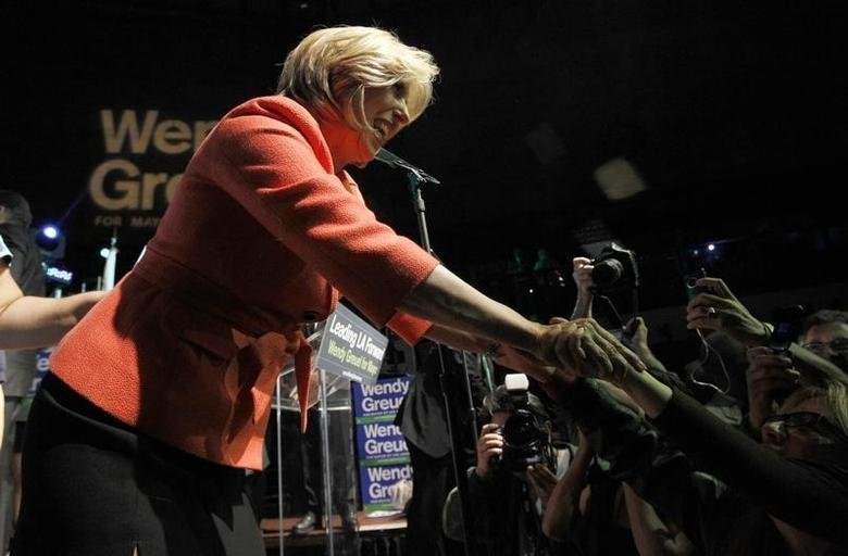 Candidate for Mayor of Los Angeles Wendy Greuel greets supporters during her election night party in Los Angeles, California May 21, 2013.  REUTERS/Mario Anzuoni