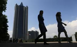 Women walk near Gazprom's main office in Moscow May 13, 2014. REUTERS/Maxim Shemetov