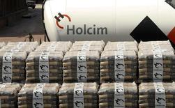 Imagen de archivo de sacos de cemento en la planta de la firma Holcim en Siggenthal, Suiza, abr 7 2014. La cementera suiza Holcim recibirá la aprobación de reguladores antimonopolio de la Unión Europea para adquirir los activos en Alemania de la mexicana Cemex, dijeron dos fuentes con conocimiento directo del tema, como una parte de un intercambio que le da a la empresa latinoamericana activos en España. REUTERS/Arnd Wiegmann