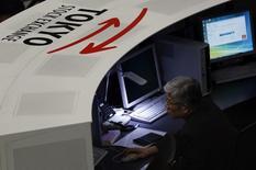 Сотрудник Токийской фондовой биржи за своим монитором 3 марта 2014 года. Азиатские фондовые рынки завершили торги четверга разнонаправленно в ожидании новостей от Европейского центробанка и под влиянием локальных факторов.  REUTERS/Issei Kato