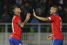 Chilenos Eduardo Vargas e Arturo Vidal comemoram gol marcado em vitória sobre Irlanda do Norte em amistoso disputado em Valparaiso. 04/06/2014 REUTERS/Edgard Garrido