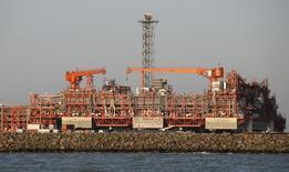 Остров D, построенный в рамках Кашаганского проекта, в Каспийском море, 21 августа 2013 года. Крупнейшая американская нефтяная компания ExxonMobil может взять на себя роль оператора в разработке гигантского месторождения Кашаган в Казахстане в попытке поправить дела $50-миллиардного проекта, остановленного в результате аварии, говорится в публикации Nefte Compass. REUTERS/Stringer